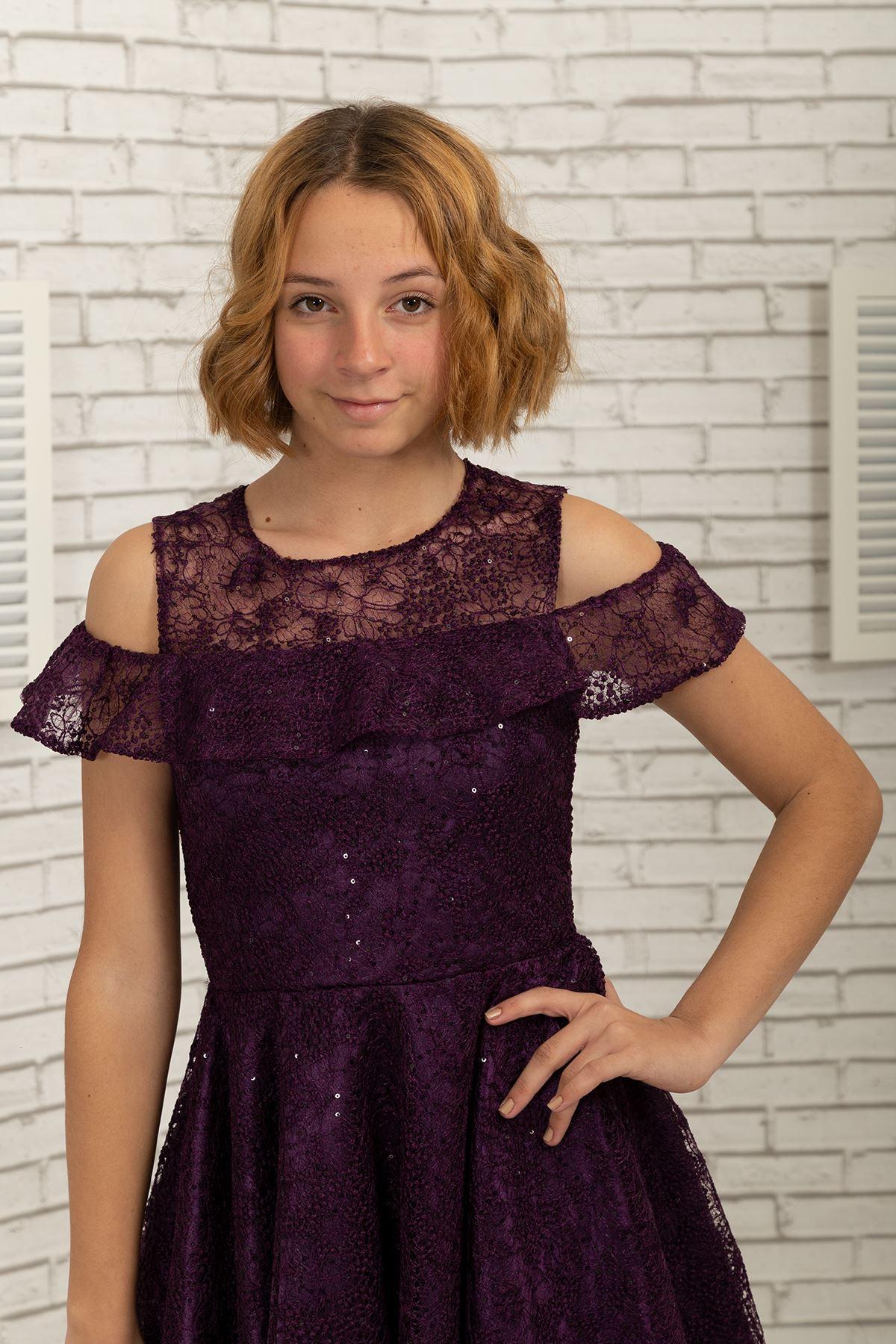 Detalle del hombro, encaje falda corta vestido de noche de la muchacha 495 Damson