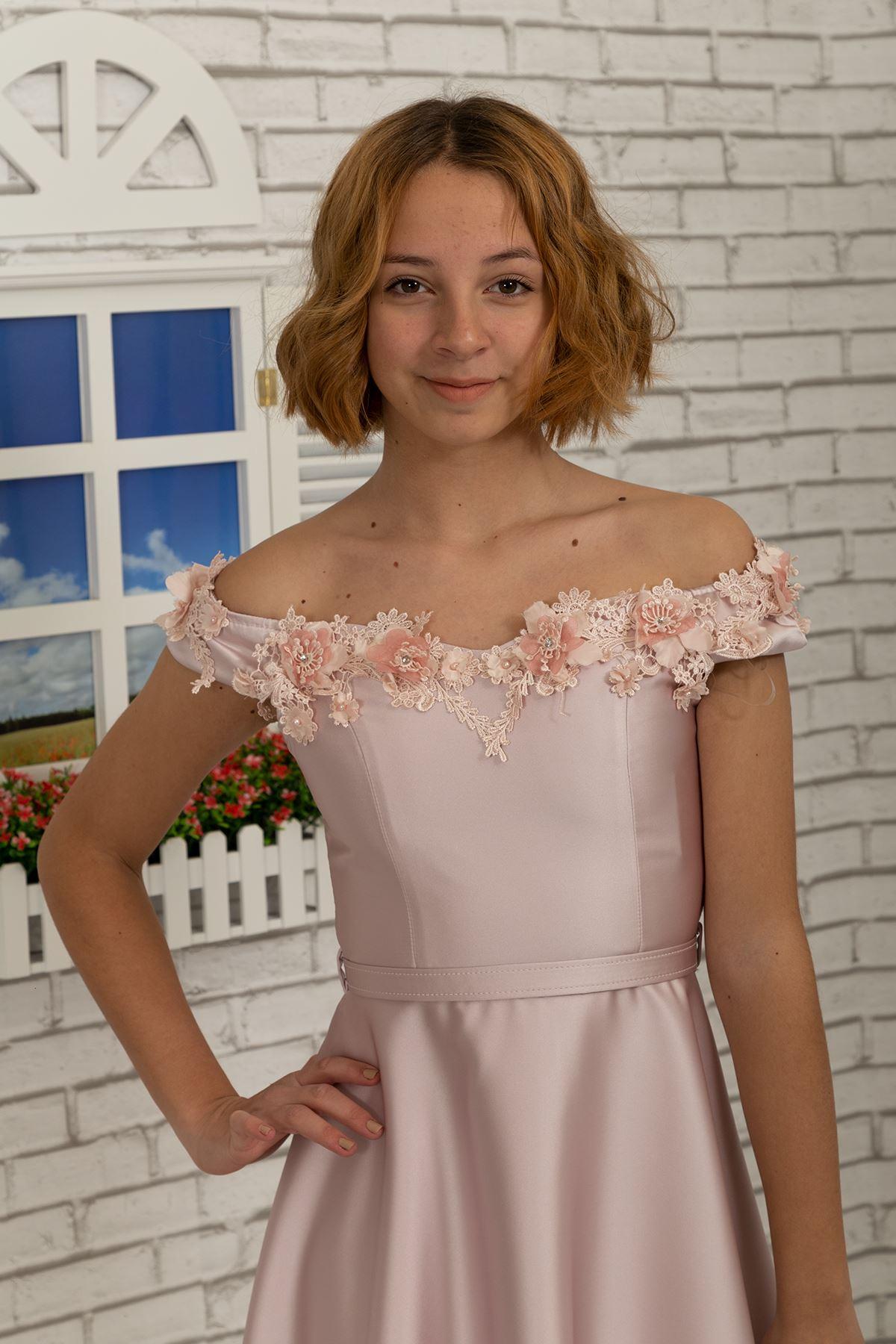 Tela de satén floral 3D con un escote caído en el hombro Vestido de niña 484 Polvo
